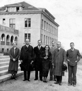 Флойд Бляк (вторият от дясно на ляво) с учители от американския колеж. Снимка: Изгубената България