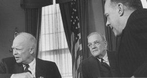 Американският президент Дуайт Айзенхауър (ляво), Държавният секретар Джон Фостър Дълес (средата) и изгоненият от България пълномощен министър Доналд Хийт (дясно)