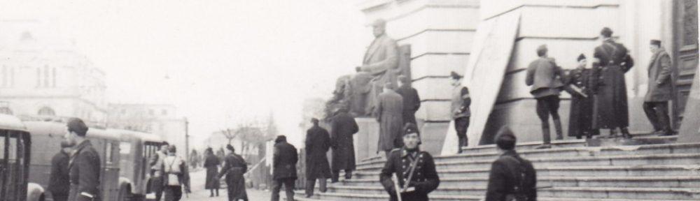 Пред Софийския университет, където заседава Първи състав на Народния съд. Отляво са камионетките, които чакат подсъдимите