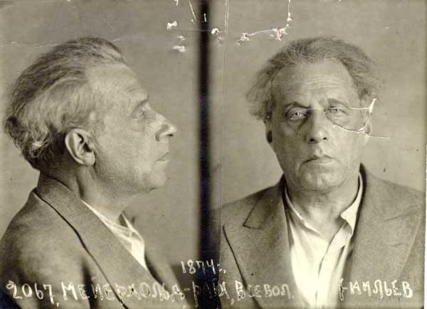 1.Снимка на известния режисьор Всеволод Майерхолд след ареста му от НКВД на 20 юни 1939 г., когато той е бил физически инквизиран, унижаван и бит. Обвинен е в контрареволюционна дейност. 7 месеца по-късно е разстрелян.