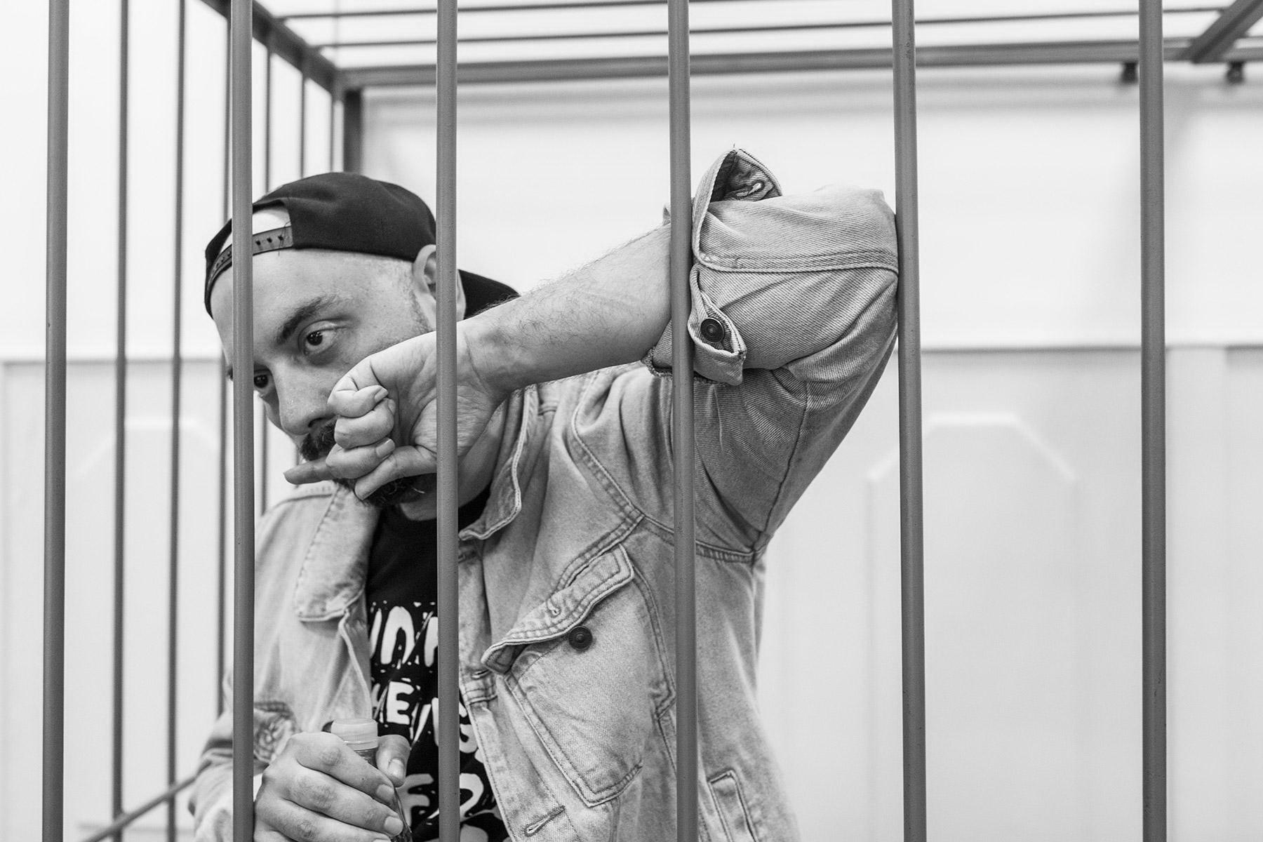2.Популярният режисьор Кирил Серебренников, който сега е под домашен арест, на 23 август т.г. беше поставен зад желязна решетка. В момента тече международна петиция за освобождаването му.