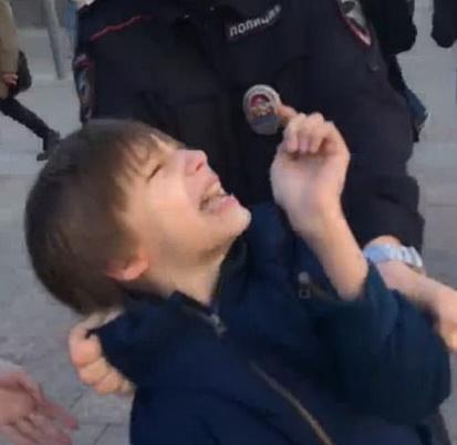 3.Брутално арестуване на невинно дете, рецитиращо Шекспир в центъра на Москва, на 26 май т.г.
