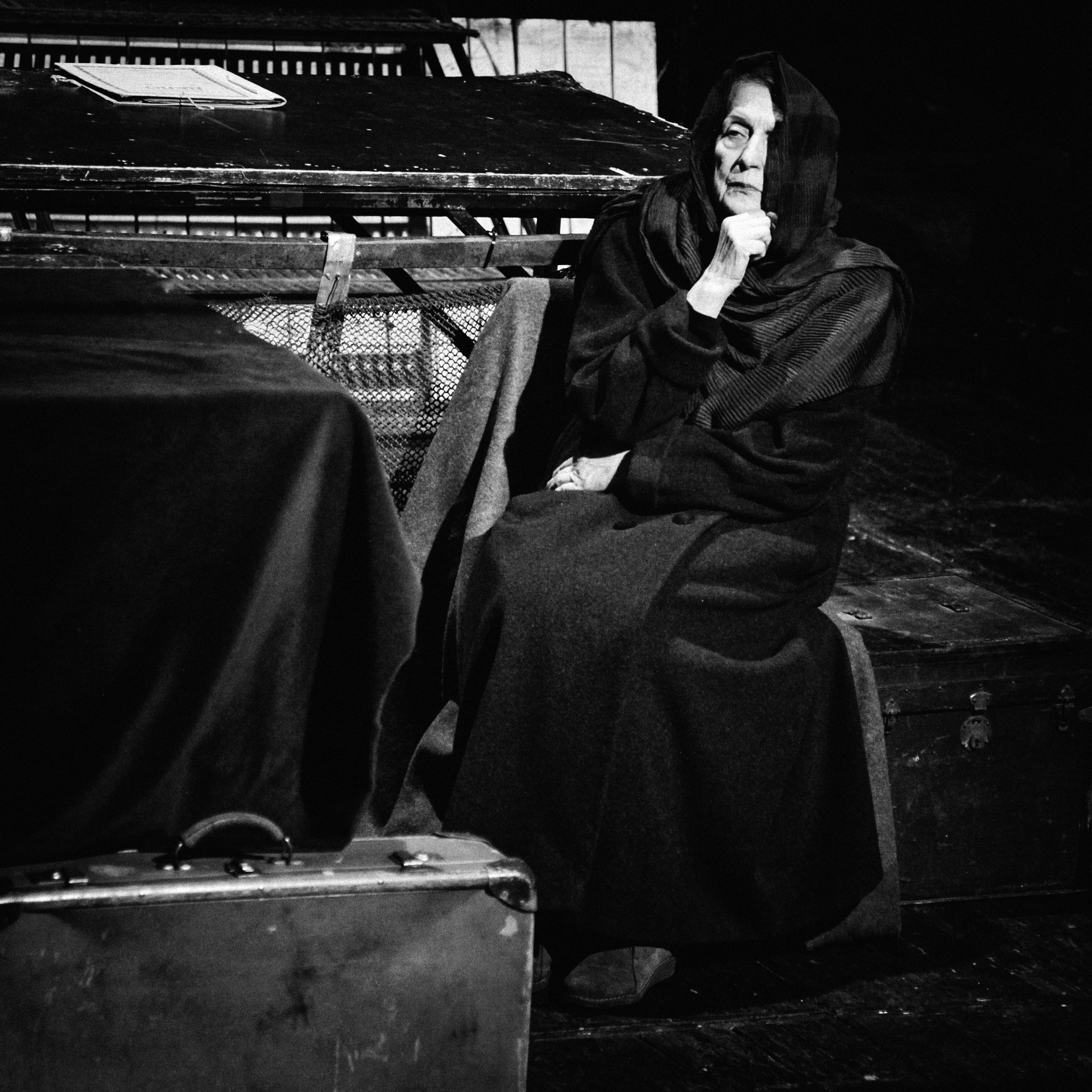 """Актрисата Гергана Кофарджиева (съпруга на режисьора Любен Гройс, чиито спектакли са спирани и забранявани от цензурата у нас) в представлението """"Светлото бъдеще на битака"""" по Светлана Алексиевич."""