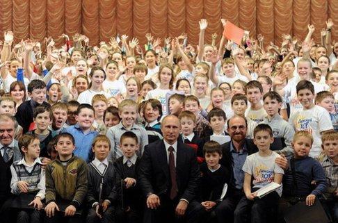 Историята се повтаря: президентът на Русия също обича да се снима обграден с усмихнати деца.
