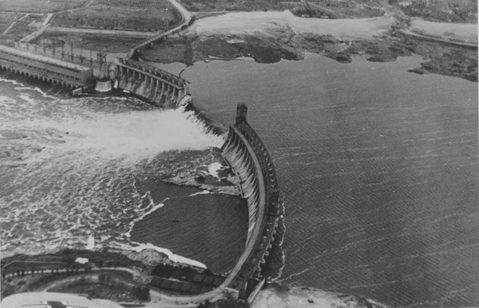 Язовирната стена на Днепровската хидроелектростанция (ДнипроГЭС), взривена през лятото на 1941 г.