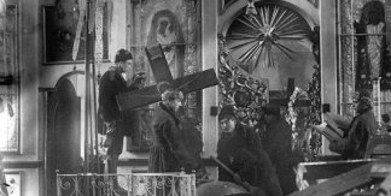 Болшевики разграбват православна църква, 20-те години на XX век